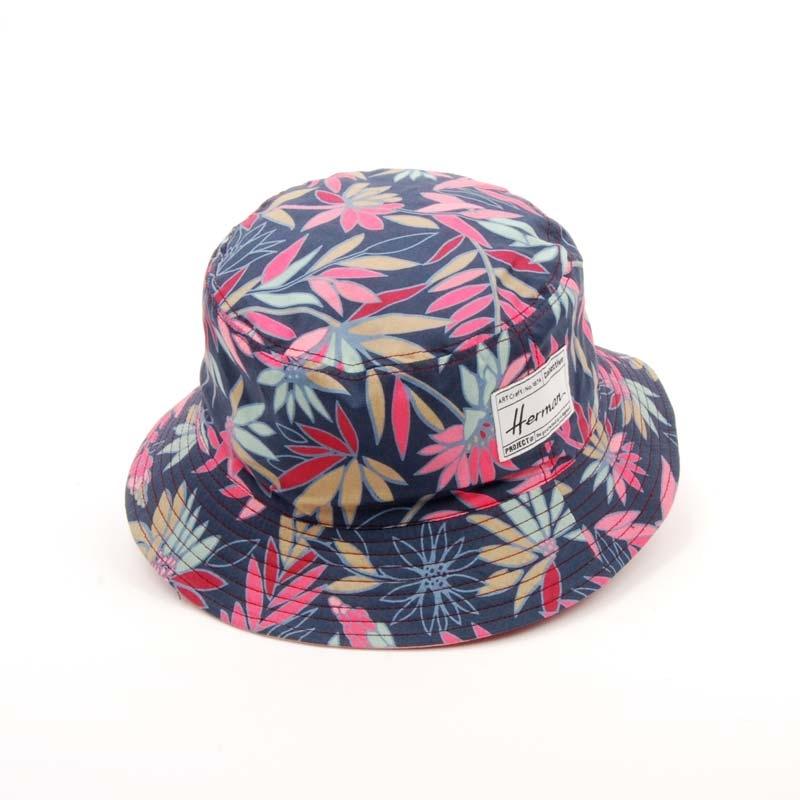 Sombrero flexible, verano, fondo azul.